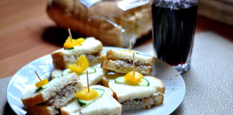 Breakfast or brunch? Sardine sandwich + Zobo